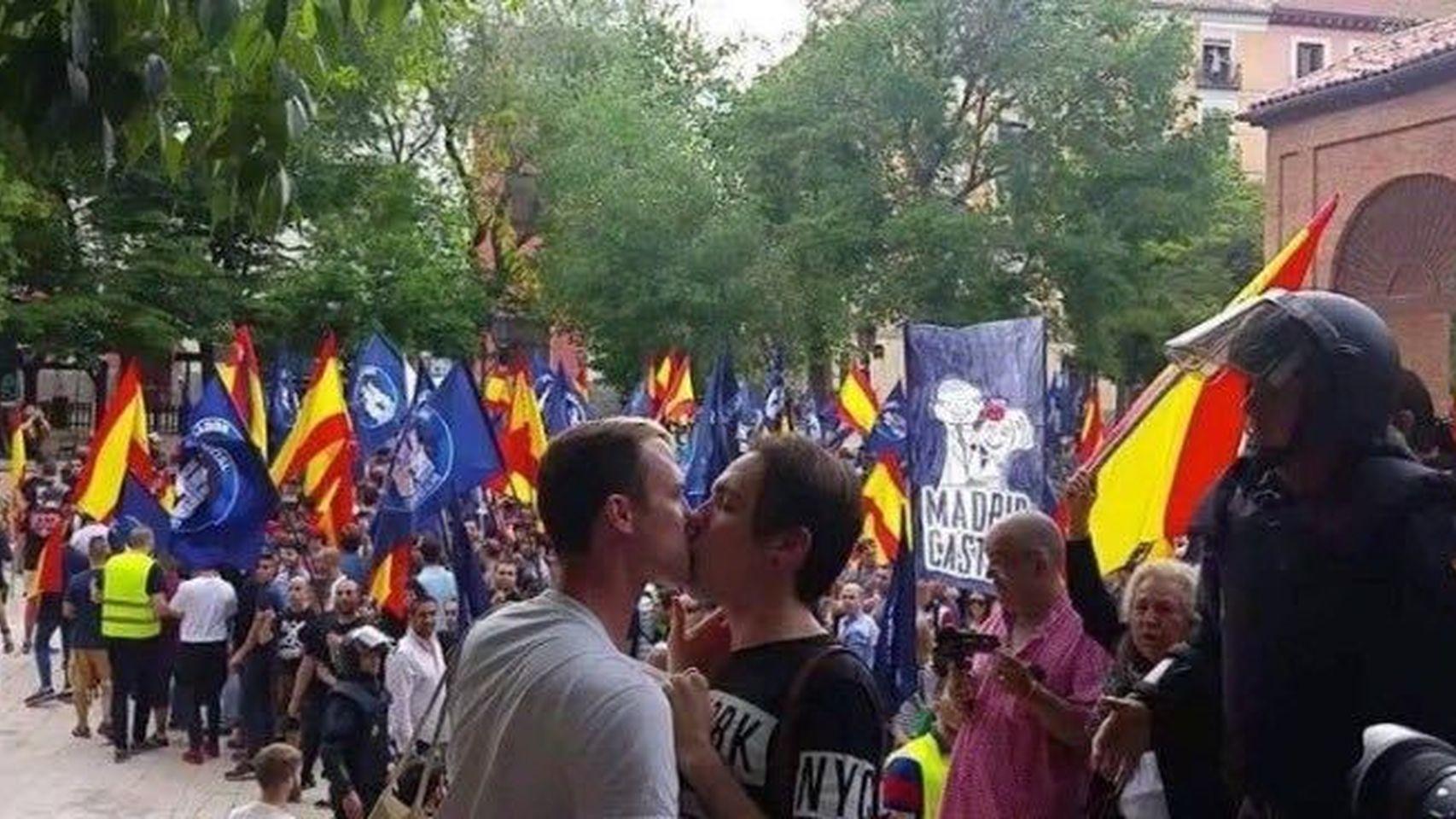 homosexuales-besan-centenares-manifestantes-utltraderecha_126748178_5264979_1706x960